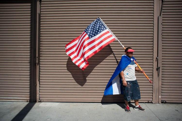 Un ciudadano centroamericano se alista para entrar por enésima vez al llamado para un reforma migratoria intergral,