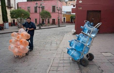 Repartidores de agua en calles de GTO.